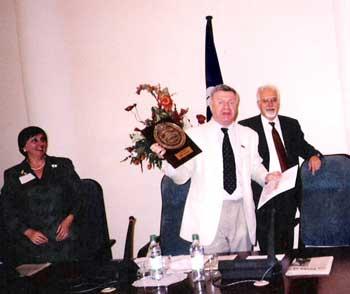 Очередное вручение знака Проверено. Знак вручают Петр Шелищ, Елена Козьякова, Анатолий Голов